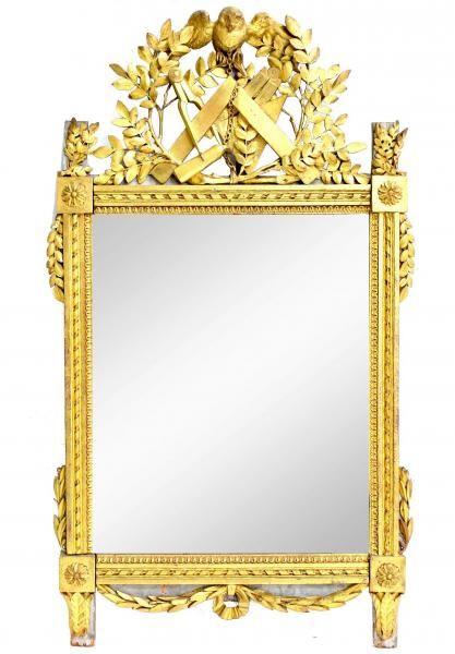 Travail du XVIIIème, rare miroir en bois doré aux attributs maçoniques.franc [...], Tableaux, Meubles, Objets d'art, Bijoux, Design, Livres à Le Calvez et Ass. | Auction.fr