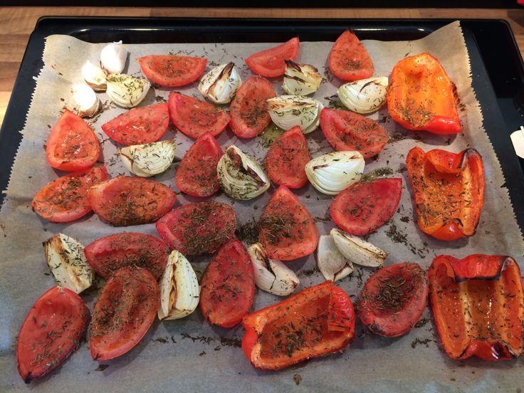 Toevoegen aan mijn receptenDeze paprika-tomatensoep heeft een unieke smaak doordat de groenten van tevoren zelf geroosterd zijn in de oven. Daarnaast is deze soep ook nog een super gezond! Hij is vegetarisch, maar als je wilt, kun je er ook keine gehaktballetjes aan toevoegen voor wat extra vulling.