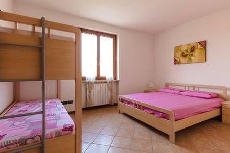 Dai un'occhiata a questo fantastico annuncio su Airbnb: Appartamento a Garda con posto macchina - Appartamenti in affitto a Garda, Veneto, Italia