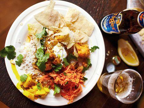 Den indiska vegogrytan rogan josh serverar Jamie med fluffigt ris, morotssallad, citronpickles, pappadums och chapati.