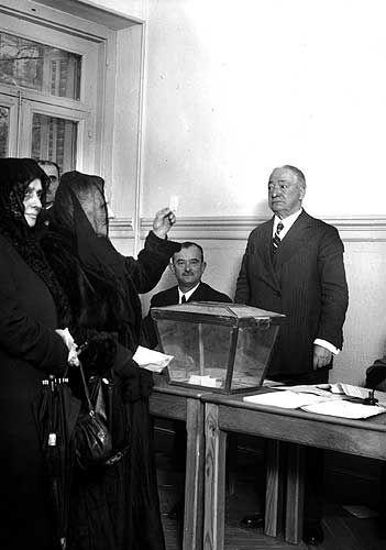 Las claves:El 1 de octubre de 1931 se aprobó en las Cortes el sufragio femenino en España. Cuando se cumplen 75 años de la conclusión del debate parlamentario y de la histórica aprobación del voto de la mujer, los actos conmemorativos de una jornada mítica se suceden en todo el país.