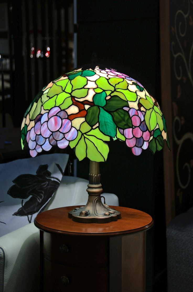 """Настольная лампа """"Каберне-Совиньон"""", техника Тиффани, стекло, D-40 см. glassgo-lab.ru"""