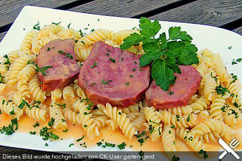 Gekochte Rinderzunge mit Madeirasoße, ein schönes Rezept aus der Kategorie Rind. Bewertungen: 25. Durchschnitt: Ø 4,5.