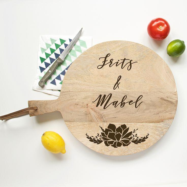 Broodplank Botanical. Een origineel cadeau voor een bruidspaar, met hun eigen naam en trouwdatum gegraveerd in een broodplank.