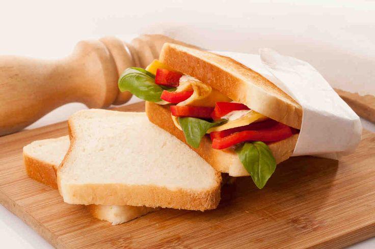 Tosty z omletem, papryką i ziołowym sosem #przepisytesco #smacznastrona #kanapka #omlet #papryka #bazylia #tost #mniam