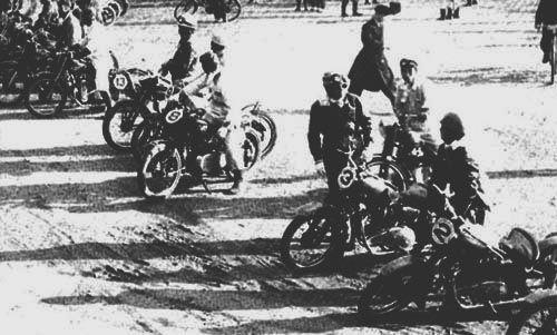 スタート前の熱田神宮前 1955年(昭和30年)に浅間火山レースが開催される以前の大きなレースとしては、1953年3月に開催された「名古屋TT」が上げられるでしょう。 名古屋TTは、正式名称を「全日本選抜優良軽オートバイ旅行賞パレード」といいます。 名古屋の熱田神...