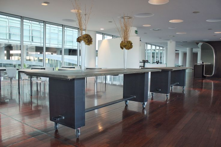 Radisson Blu Es hotel Roma Realizzazione di due tavoli da buffet misure 3x1. La base del tavolo ė stata realizzata con due parallelepipedi in ferro grezzo uniti da un profilato in ferro stile fratino. Il piano realizzato con travi in legno invecchiato e antichizzato con le nostre tecniche.