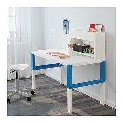 Für später (Einschulung): #IKEA #PÅHL #Kinderschreibtisch, #mitwachsend, dreifach #höhenverstellbar, mit #Aufsatz, weiß und blau. In den Fächern zwischen den vorderen und rückwärtigen Schreibtischbeinen lassen sich Kabel und Mehrfachsteckdosen ordentlich unterbringen.Der rückwärtige Einsatz kann mit der grünen oder der weißen Seite nach vorne genutzt werden und passt sich so dem Stil und der Einrichtung an.