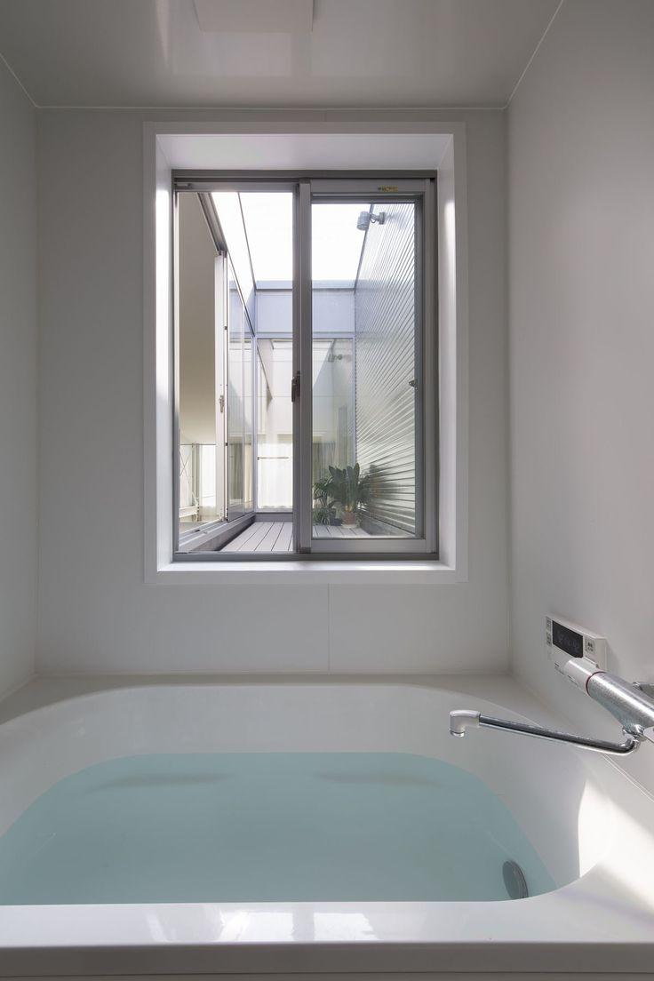 都会の中でもプライバシーを確保しつつ開放的な浴室。ルーフテラスで遊んでそのまま窓からジャボン!