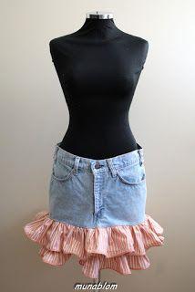 Ossy 03: Minigonna in jeans decolorato con balze in cotone e dettagli impunturati.