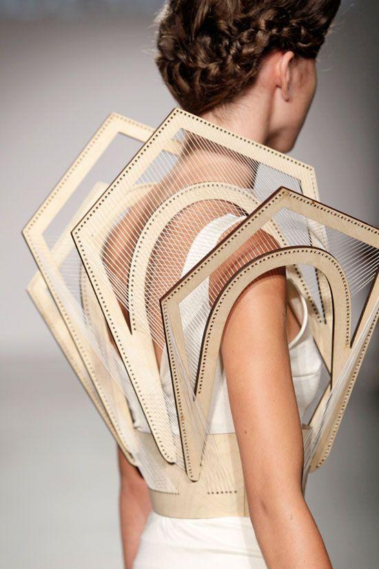 Reflections in Facets, voilà le titre de la dernière collection de la jeune styliste hollandaise Winde Rienstra Elle travaille la soie, le carton, le bois et le verre dans des vêtements graphiques …
