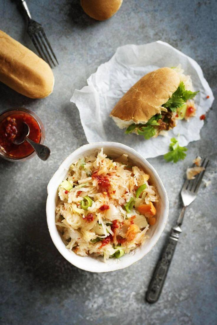 Nopea hapankaali-kimchi - Säädä kimchin tulisuutta omaan suuhun sopivaksi lisäämällä tai vähentämällä sambal oelek -chilitahnan määrää.
