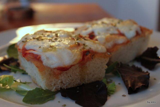 Un trancio di focaccia con mozzarella di bufala dop affumicata e pomodorino del piennolo del Vesuvio.