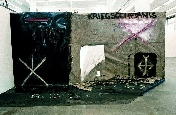 Erdély Miklós · Hadititok · 1984 · kátránypapír, ponyvavászon, fényújság, lámpa, üveg, festék, kréta · 300 × 460 cm