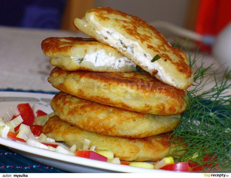 Oloupané brambory nastrouháme jako na bramborák, slijeme přebytečnou vodu, přidáme vejce, mouku, osolíme, opepříme a umícháme. Sýry a bylinky...