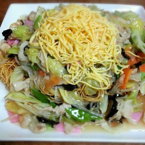 ちゃんぽんと並んで長崎名物の皿うどん。長崎ではちゃんぽんも皿うどんも家庭の食卓に登場します(^-^) 皿うどんにはウスターソースをかけていただきます。うん美味しかった(^-^)/ - 192件のもぐもぐ - 皿うどん by キヨシュン
