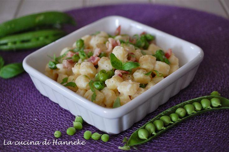 Gli gnocchi ai piselli freschi, basilico e yogurt greco e insaporiti con la pancetta affumicata sono uno vero piatto primaverile!
