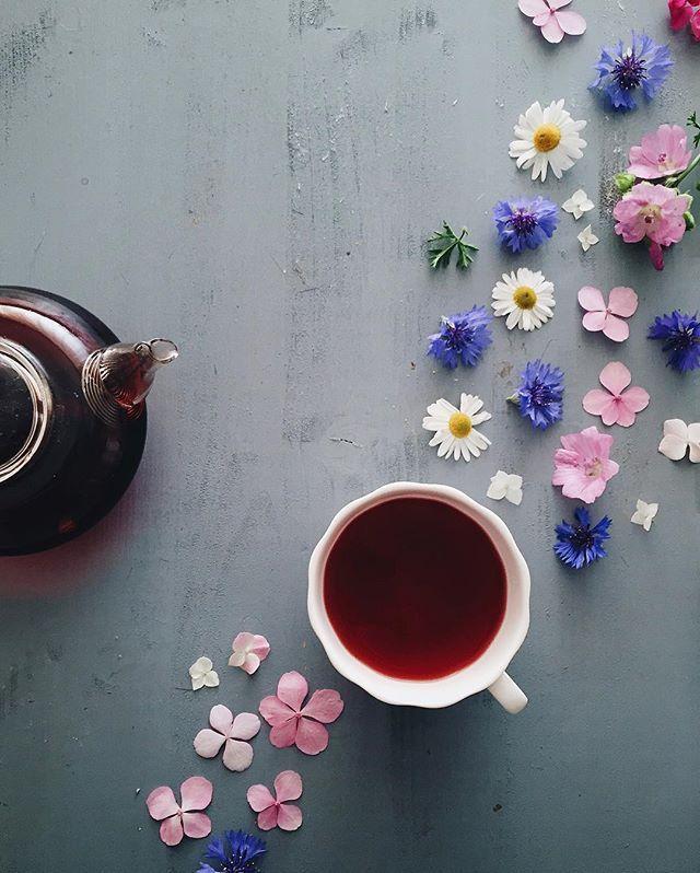 Sunday morning after the storm ⛈ доброе воскресное! У нас уже 3 неделю чай из малиновых листьев с цветами гибискуса, но пока что-то мало помогает...#39weeks @madame_mistral