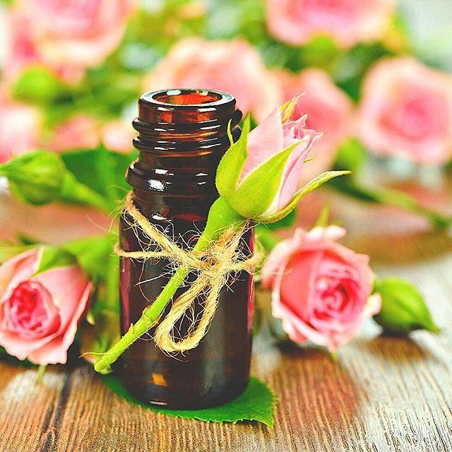 """Vídeo novo!!! Quer saber como usar óleos essenciais no rosto? Então confira dicas de Aromaterapia Cosmética enquanto aprende a fazer um sérum facial de rosas 100% natural com potencial """"anti-idade"""" em youtube.com/KarinaViegaAB Vídeo feito com muito carinho, espero que gostem"""