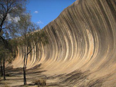 """Wave Rock (Australia). Se parece bastante a la anterior fotografía, pero esta se encuentra en Australia. Esta roca sí que hace honor a su nombre (""""La roca de la ola""""), ya que su forma recuerda a una ola a punto de romper. Compuesta de granito, la roca, de 15 metros de alto y 110 de largo, se formó hace 60 millones de años."""