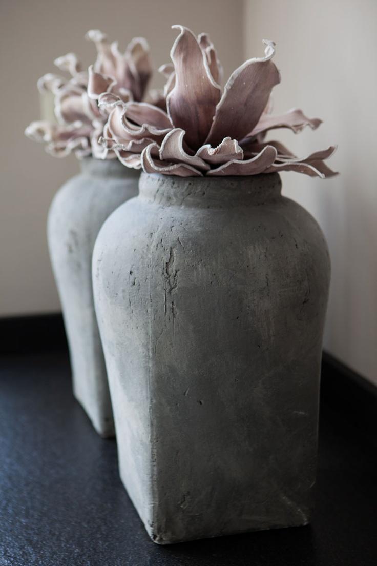 Vaas met een betonlook! Maten: 41 cm hoog en 28 cm breed. U kunt hem vinden op de website: www.molitli.nl