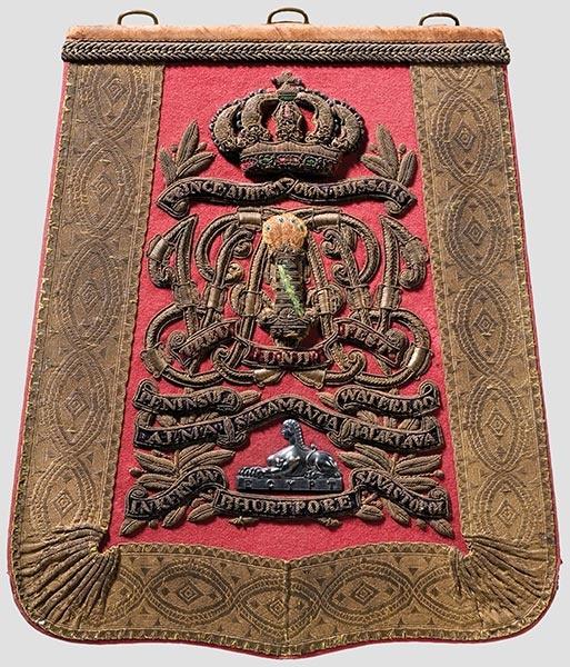 Säbeltasche für Offiziere der 11th Hussars (Prince Alberts Own) aus braunem Leder, der Deckel mit üppigen Goldstickereien und umlaufender -tresse auf rosafarbenem Grund.