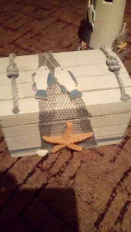 100 zł: Sprzedam zestaw dekoracji do pokoju małego  marynarza. W zestawie latarnia morska, kufer na skarby, foczka, kufel, marynarz, ramka na zajęcia, zegar w formie koła ratunkowego. My w pokoju syna przykle...