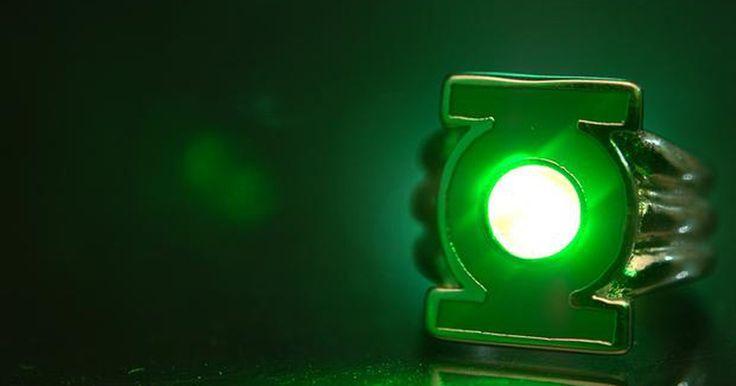 Cómo hacer un anillo de linterna verde . Linterna verde es el nombre que se le dio a varios personajes en el universo DC Comics. El original era un ingeniero llamado Alan Scott, creado en los años 40 - el periodo referido como la era dorada de las tiras cómicas. Desde eso, muchas versiones de linterna verde y su icónico anillo de poder, han surgido a través de diferentes marcos, donde ...