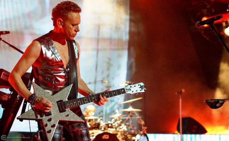 Un día como hoy, pero del año 1961, nacía el CEREBRO de Depeche Mode… nada más ni nada menos que Mr Martin L. Gore. Saludamos a Martin en su día. ¡¡¡¡FELIZ CUMPLE GENIO!!!!
