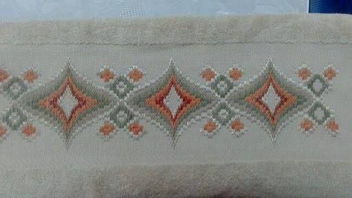 Resultado de imagem para rose au bargello avec bordure ouvrageé