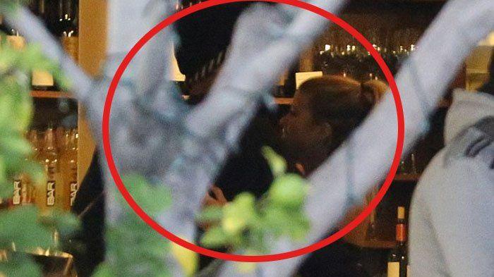 Foto Sofia Richie - Putus dari Justin Bieber, Tertangkap Kamera Pelukan dengan Pria Misterius!