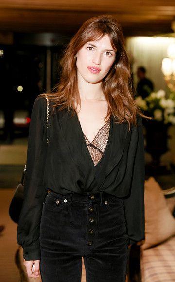 FashionprofiJeanne Damas kreiert mit ihrer tief ausgeschnittenen Bluse die Illusion eines langen Oberkörpers und wirkt damit sofort größer.
