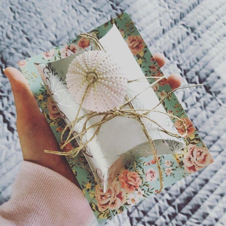 Geschenkidee: Karte, Schmuck und rosa Muschel