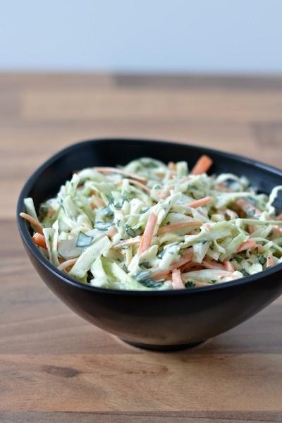 Hjemmelavet coleslaw med kål, gulerødder, fennikel og persille. Perfekt til barbecue og grill.