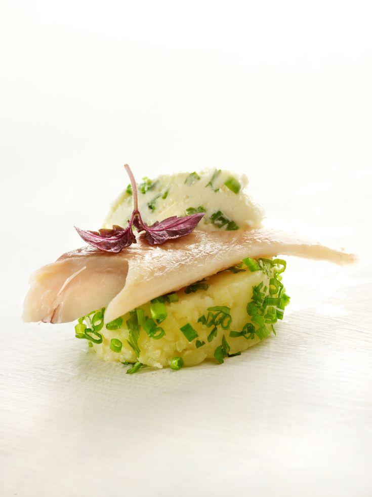Een overheerlijke geplette aardappel gepaneerd in groene kruiden, die maak je met dit recept. Smakelijk!