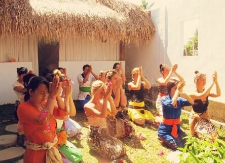 Our 2nd day at #pureraw Women's Detox Retreat lands on Saraswati day here in Bali. Saraswati is the goddess of knowledge, and it also means the one that flows as a river of knowledge which will give wealth and enlightenment to those who are willing to learn or study. It's beautiful to be in touch with our femininety and may we always have the will to learn in life and love! #ubud #bali #goddess #women #ceremony