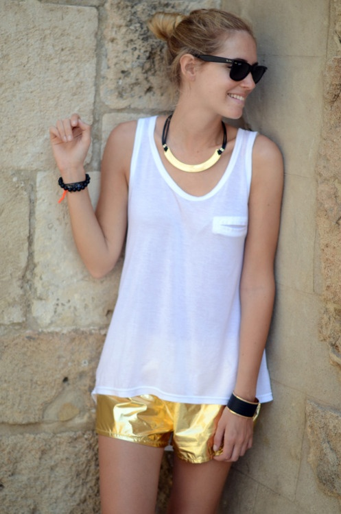 the gilded shorts: Street Fashion, Celebrities Styles, Fashion Passion, Clothes, Street Style, Necklace Shorts, Black White Gold, Gold Shorts