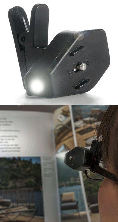 Szemüvegre csíptethető, hordozható, praktikus LED lámpa. Sokat tud segíteni akkor, ha este mások zavarása nélkül szeretnél olvasni, vagy ha szerelni kell valamit, de mindkét kezedre szükség lenne. Az erős LED fény nagyon jól megvilágítja a szemünk előtti területet,