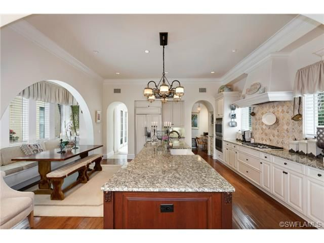 Large Traditional Gourmet Kitchen With Center Island Eat