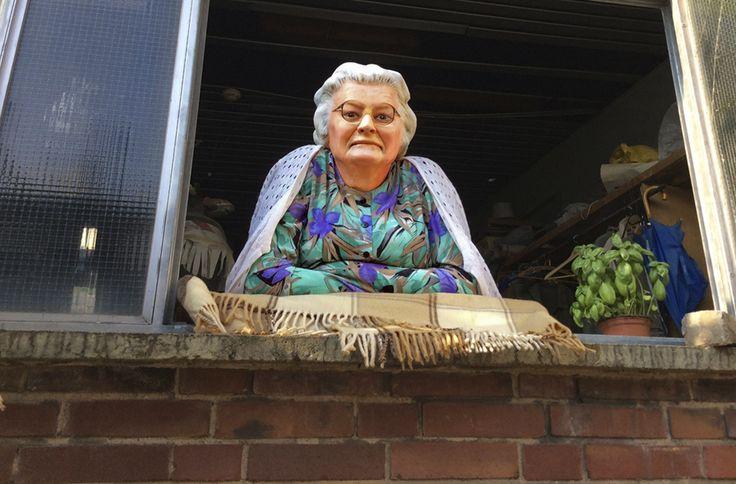 Skulptur, alte Frau am Fenster