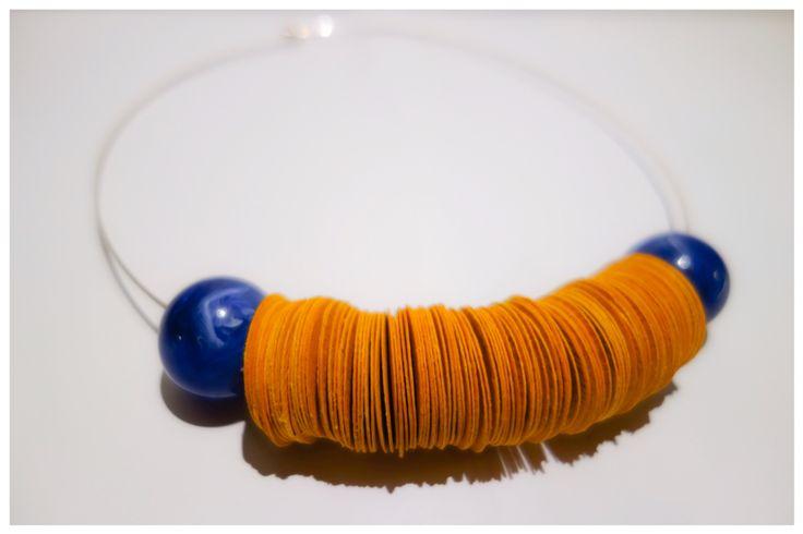 Collana con dischi di carta color senape e perle blu.