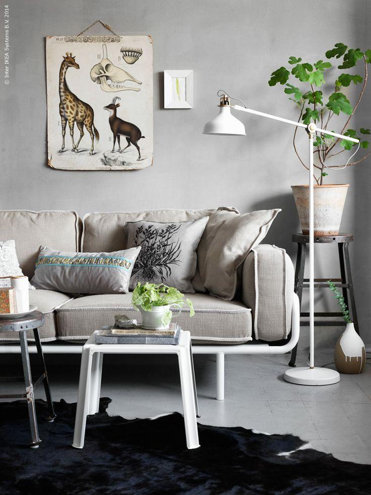 PS en naturlig favorit; IKEA PS 2012 3-sitssoffa, KOLDBY kohud, IKEA PS 2012 satsbord, RANARP golvlampa