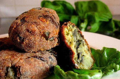 Aprenda aqui uma deliciosa receita italiana de almôndega de berinjela. Super simples de fazer e só com ingredientes saudáveis!
