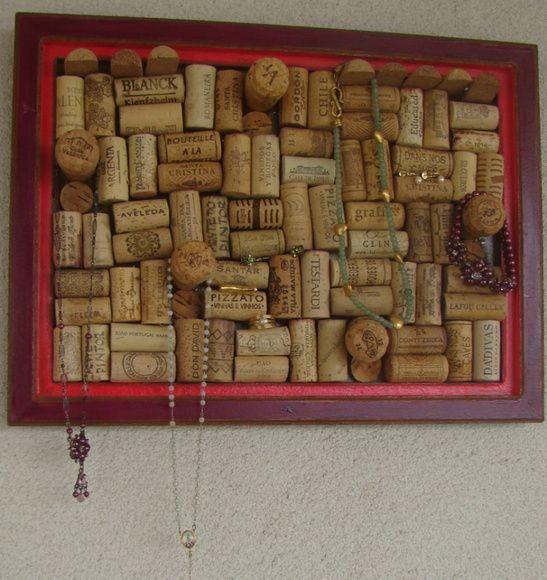 Quadro porta jóias feito com rolhas