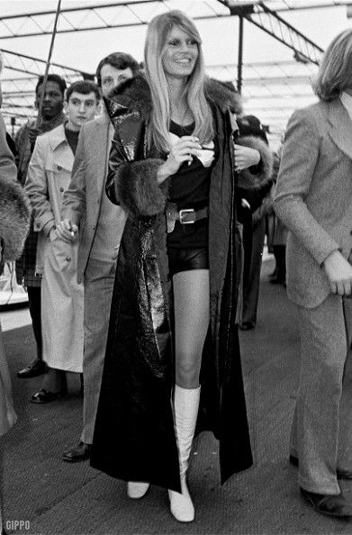 This was a '70s look that I always loved - long coat and short skirts or hot pants • Galleria immagini retro shorts anni 1970