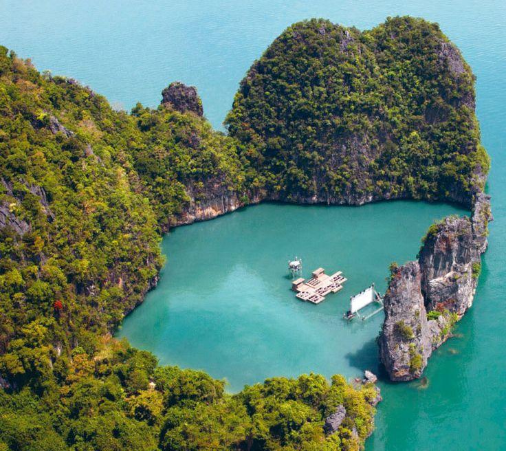 O Archipelago Cinema de Ole Scheeren consiste numa tela flutuante, envolvido por duas rochas imponentes, e uma jangada tipo  auditório, em conjunto, oferecem uma experiência cinematográfica espiritual e vagamente primordial  Ilha Kudu – Tailândia http://buro-os.com/archipelago_cinema/