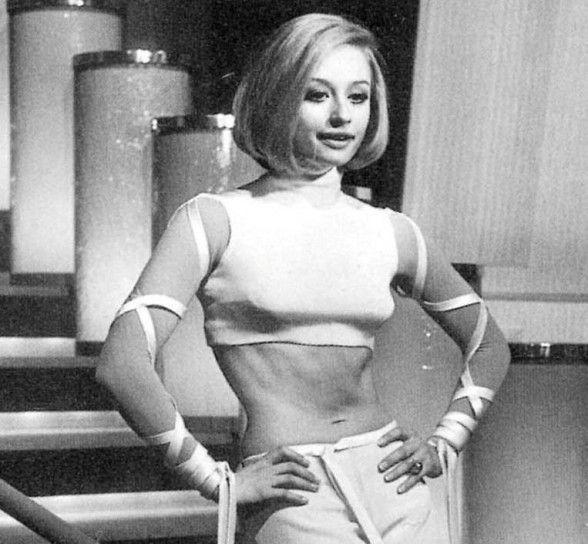 Raffaella mostra l'ombelico negli anni 60.