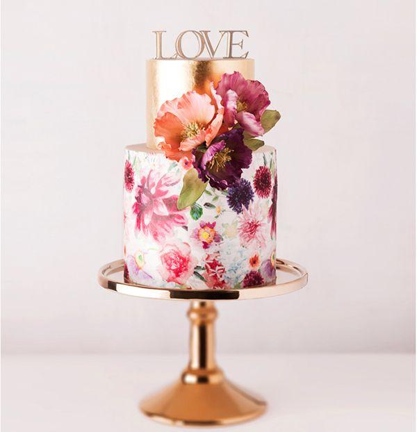 """Bolo de casamento pintado à mão e topo de bolo """"LOVE""""  em dourado, da 2Wed.  Saiba mais em http://2wed.com.br"""