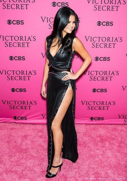 Selena Gomez at the Victoria's Secret show ~ Reddit