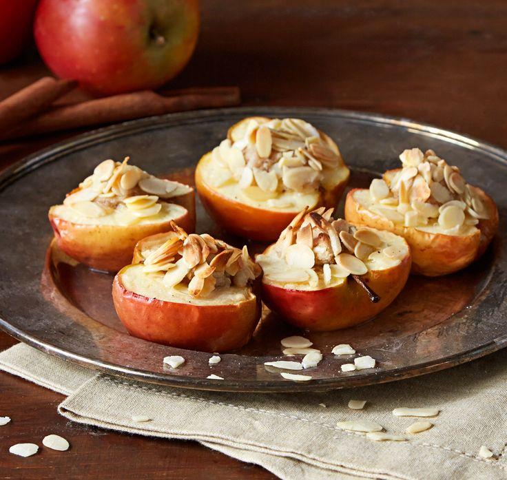 Halve bagte æbler med marcipan og kanel